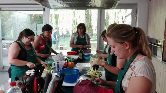 sfeerfoto tijdens de kookworkshop gezonde barbecue menu