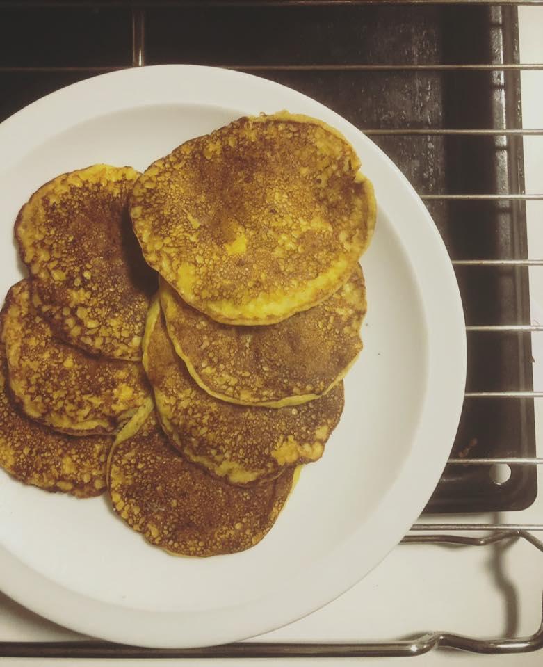 Zelfgemaakte pannenkoeken met mango en kokos.